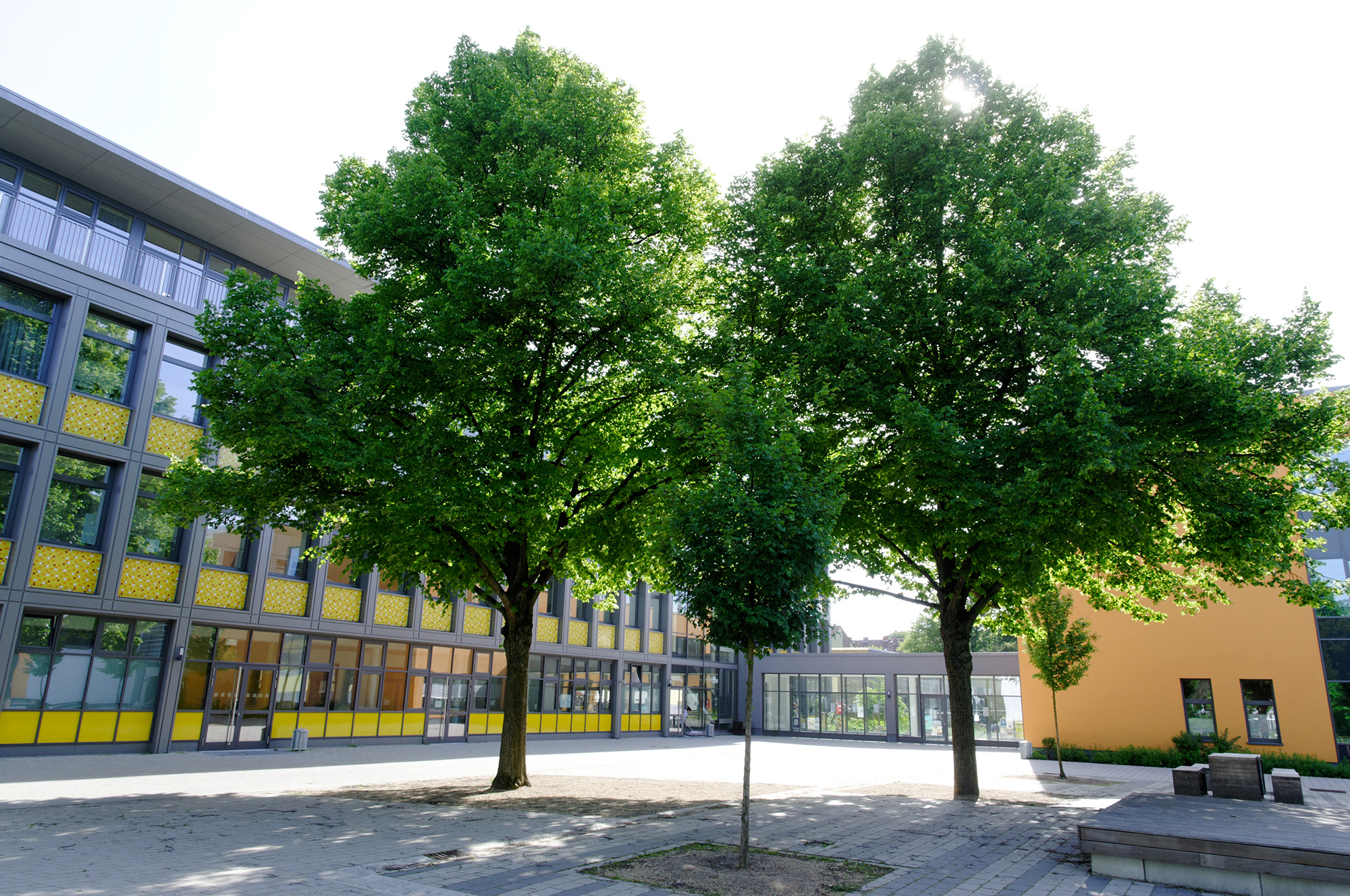 Klassentrakt / Schulhof